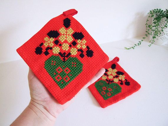 Potholders Sweden Vintage Embroidered // Pair of potholders