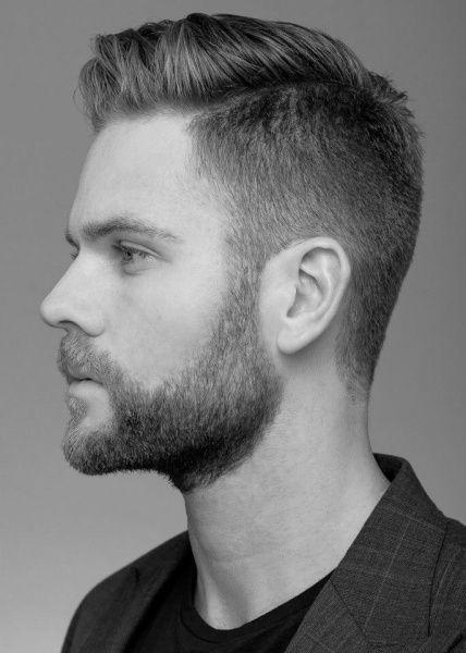 Rasatura ai lati con capello lungo in centro proiettato verso un lato, taglio gestibile e sopratutto versatile per molti effetti.