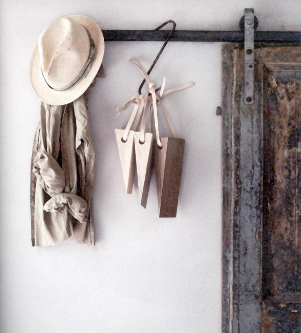 Bricolage : Fabriquer un cale-porte en bois brut et cuir