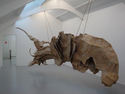 Doordringend in de ruimte 3D: Een driedimensionale vorm die de omringende ruimte insteekt.