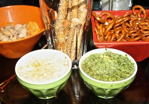 Serveer de warme dips met wat zoutjes: prima voor op de feesttafel of gewoon lekker op de zaterdagavond.