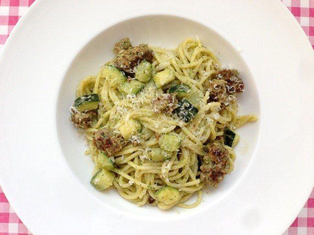 De lekkerste spaghetti met courgette, kaas en worst maak je natuurlijk gewoon zelf. Bekijk dit lekkere spaghetti recept op AllesOverItaliaansEten.nl!