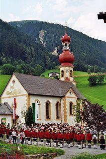 Cérémonie traditionnelle, église St Martin, Gries im Sellrain, district d'Innsbruck-Land, Tyrol, Autriche. | by byb64