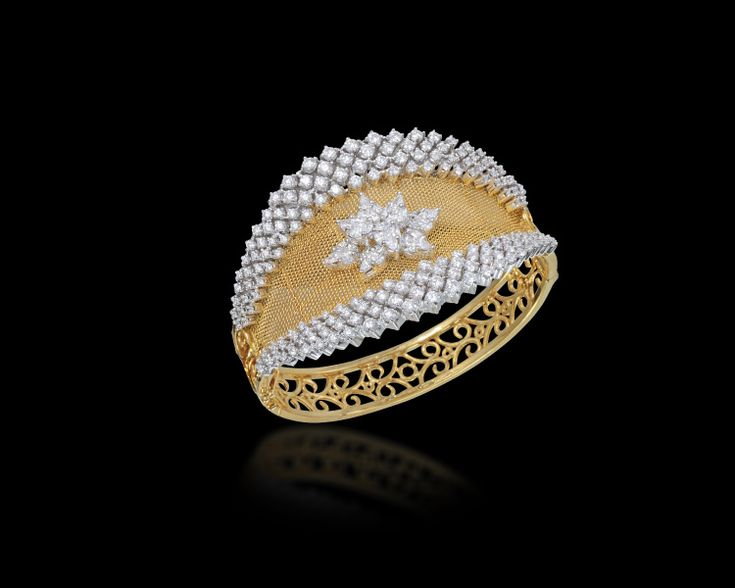 Elaborated with marquise and princess-cut diamonds, this yellow gold cuff will spread the magic of your charm!