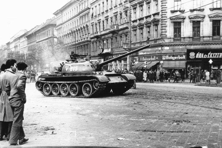 Teréz (Lenin) körút - Oktogon (November 7. tér) sarok. A szovjet csapatok ideiglenes kivonulása 1956. október 31-én. T-54-es harckocsi.