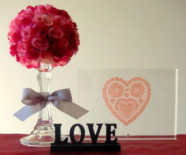 Composto por um castiçal de vidro, bola de isopor ( 9 m m) , flores artificiais, fita cetim. Somente o centro de mesa ( Sem o porta retrato)