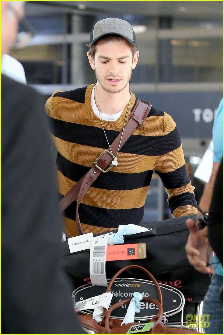 Andrew Garfield Is a True Gentleman to Girlfriend Emma Stone at LAX!   emma stone andrew garfield lax 08 - Photo