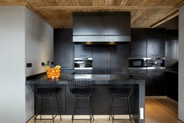 cuisine noire mate avec sol et plafond en bois massif
