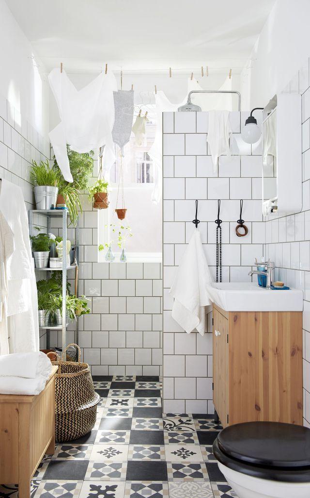 Salle de bains en bois et couleur blanche avec du carrelage et un panier en osier