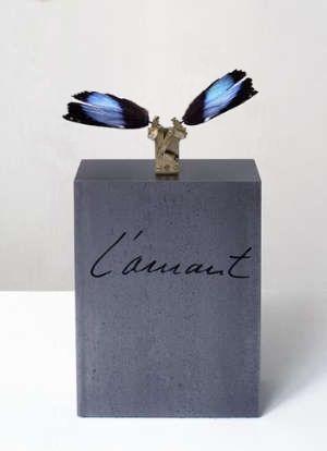 Rebecca Horn   L'Amant, 2003 [materiali: ali di farfalla, congegno meccanico, bacheca in plexiglas, ferro; dimensioni 1460x350x350 mm)