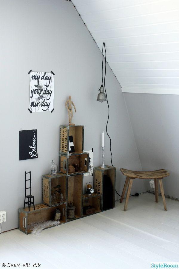 vitt,grått,vit parkett,plankgolv,renovering,arbetsrum,ateljé,pall,trälådor hylla,hylla,bygglampa,prints,tavlor med text,manekin,handmålade tavlor