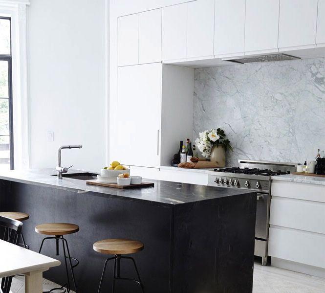 Hotte invisible dans placard - cuisine blanche et noire - Le blog déco de MLC