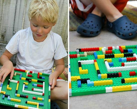 Maak een knikkerdoolhof met LEGO. Wie kan de knikker het snelst door het doolhof sturen?