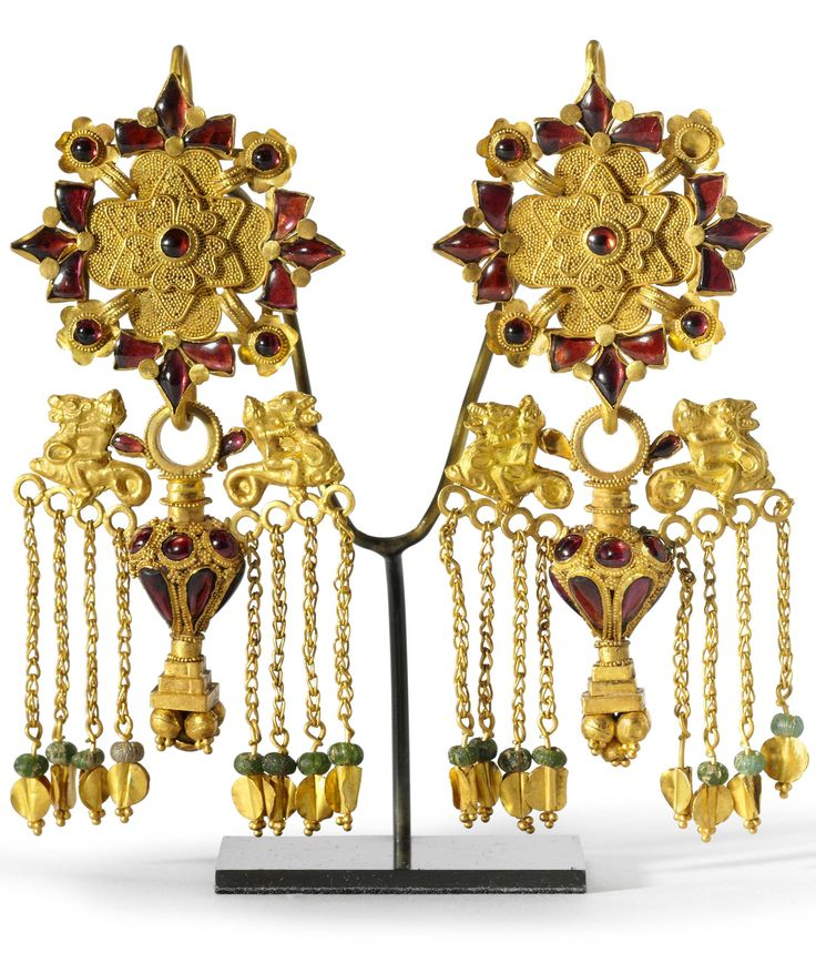 A PAIR OF BACTRIAN GOLD, GARNET AND GLASS EARRINGS, CIRCA 1ST CENTURY A.D.