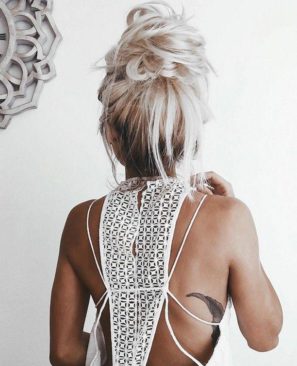 Pressées ce matin? Allez-y pour le messy bun!  #lookdujour #ldj #messy #bun #hairdo #hairstyle #hair #blonde #hairoftheday #inspiration #regram  @emilyrosehannon