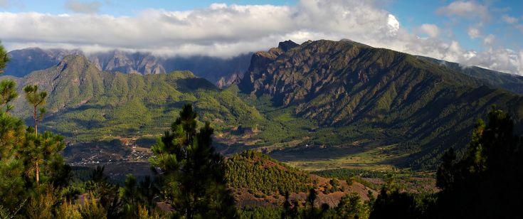 El parque Nacional de Caldera de Taburiente se ubica en la isla de La Palma. Contiene un crater impresionante con un perimetro de 9 kilómetros y una profundidad de hasta 770 metros cubiertos.