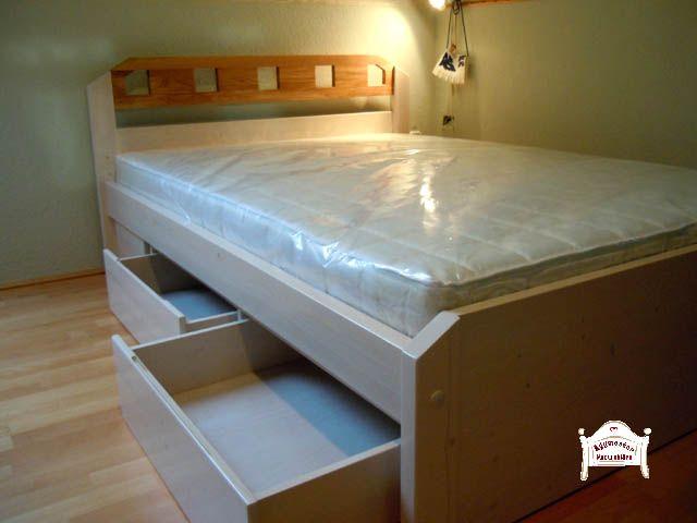 Egyedi elképzelések szerint készített felnőtt ágy fenyőfából, tölgyfa díszbetéttel.