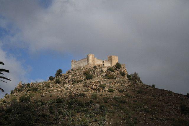 4.-  Una ruta de castillos árabes y de la Orden del Temple (en Badajoz)   Numerosas fortalezas y castillos en ruina que despiertan la imaginación, que abrazan leyendas y cuentan historias. Desde el castillo de Montemolín hasta el castillo de Burquillos del Cerro (que se ve en las imágenes), el recorrido atraviesa la zona al sur de Badajoz.