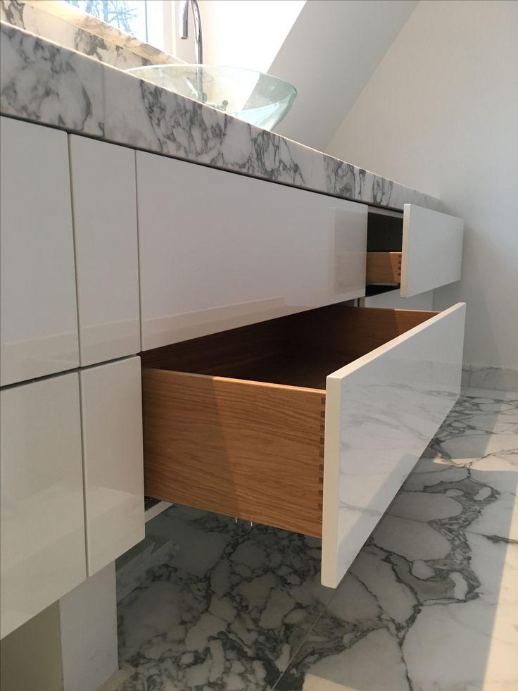 Brielle, badkamermeubel. Hoogglans gespoten fronten met massief eiken binnenladen. Blad van wit marmer. #zonderdetailsgeengeheel #meubelmakerij #projecten#Renovatie #maatwerk #ontwerp #berkaprojects #berka #projects #meubels #eiken #spuitwerk #opbergkasten #eettafel #keukens #vuren #eiken #beuken #berken #interiordesign #interieur #interior #kitchen #interieurstyling #furniture #luxury #luxury #design #interior #interiordesign