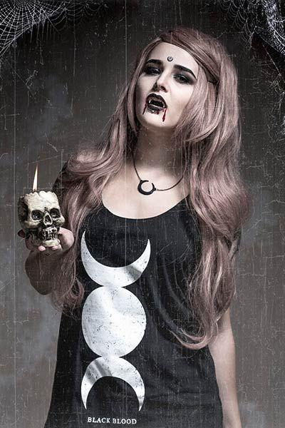 Sebbene abbiano centinaia di anni, i vampiri sanno anche essere attuali. Abbiamo infatti preparato un costume speciale, dolce, sexy e allo stesso tempo spaventoso! Ideale per Halloween e per dare un tocco di originalità al tuo tenebroso look.