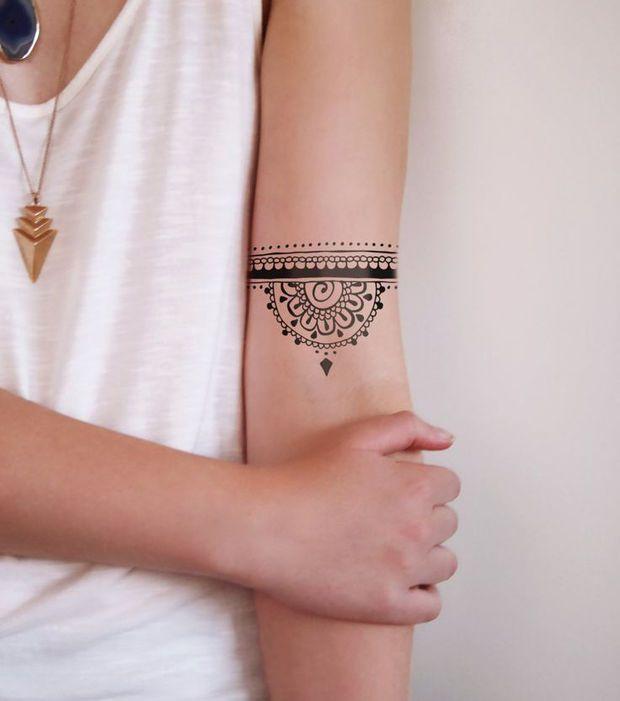Tatouage femme  un tatouage manchette