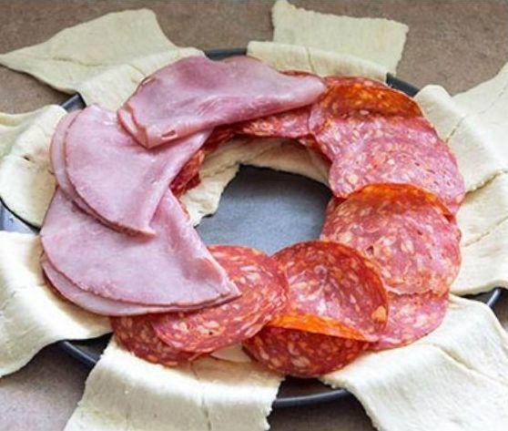 Leg+8+plakjes+croissantdeeg+naast+elkaar!+Leg+er+deze+hartige+ingrediënten+op+en+maak+iets+SUPER+lekkers!
