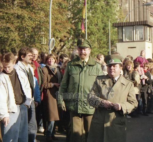 Polizist und DDR-Grenzbeamter in Berlin, 1989 RalphH/Timeline Images #1980er #1980s #80er #80s #Polizei #DDR #Grenze #Grenzöffnung #Wiedervereinigung #Mauerfall #Maueröffnung #Volkspolizei #BRD #Invalidenstraße #Grenzbeamte