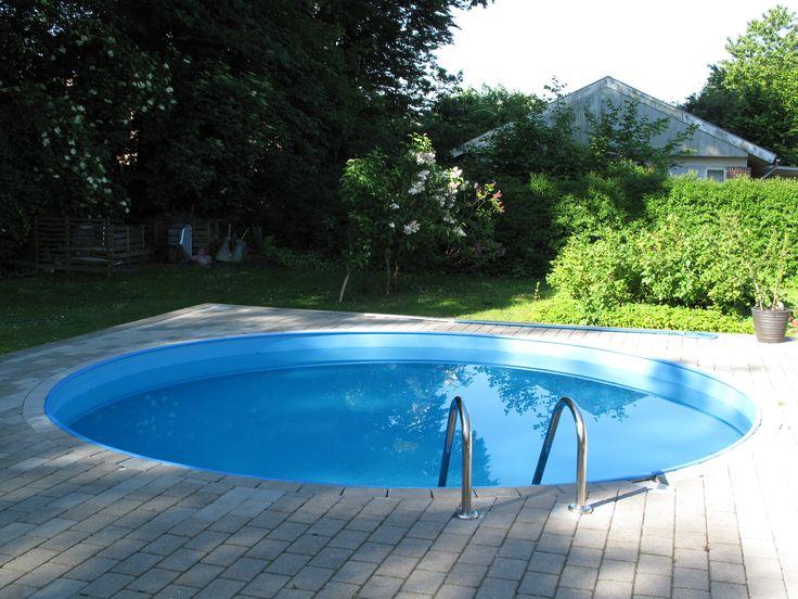 Terrassen indeholder en lille rund swimmingpool, der er ca. 120 cm dyb. Den er nem at passe, og den skal ikke tømmes hvert år, så vandudgiften er til at overse. Pumpe osv. er placeret frostfrit i kælderen.