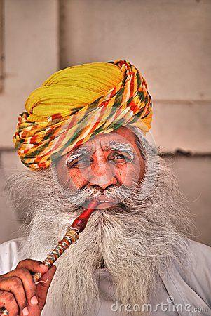 Portret van een Hindoese mens die een pijp roken bij Mehrangarh-Fort, Jodhpur, Rajasthan, India Redactionele Stock Foto