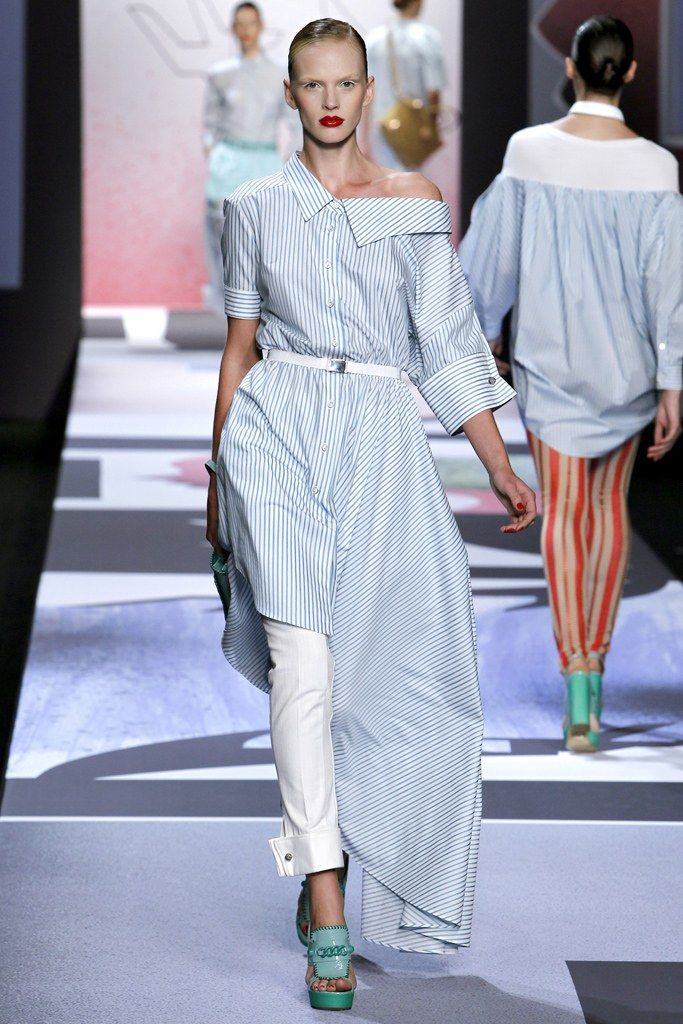 See the complete Viktor & Rolf Spring 2011 Ready-to-Wear collection.