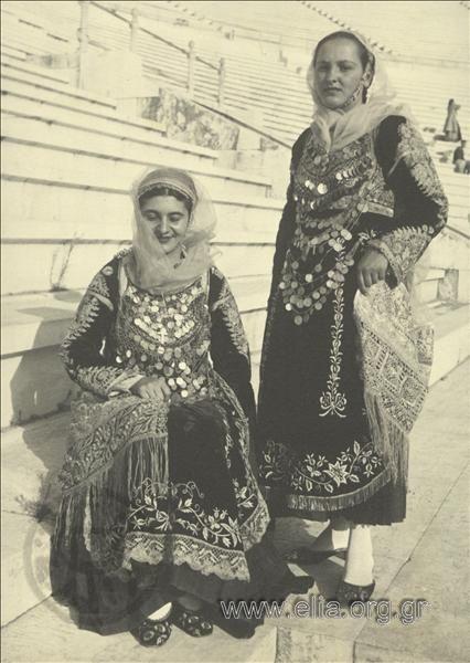 Εορτασμοί της 4ης Αυγούστου: γυναίκες με παραδοσιακές ενδυμασίες της Σαλαμίνας στο Παναθηναϊκό Στάδιο.1937.