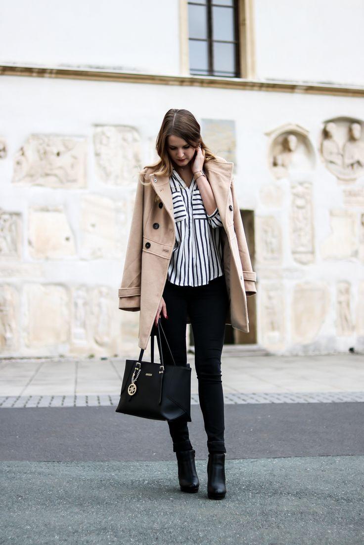 Zeitlose Modeklassiker - Der Camel Coat - Mantel Kombination mit Streifenbluse, Skinny Jeans und Guess Tasche