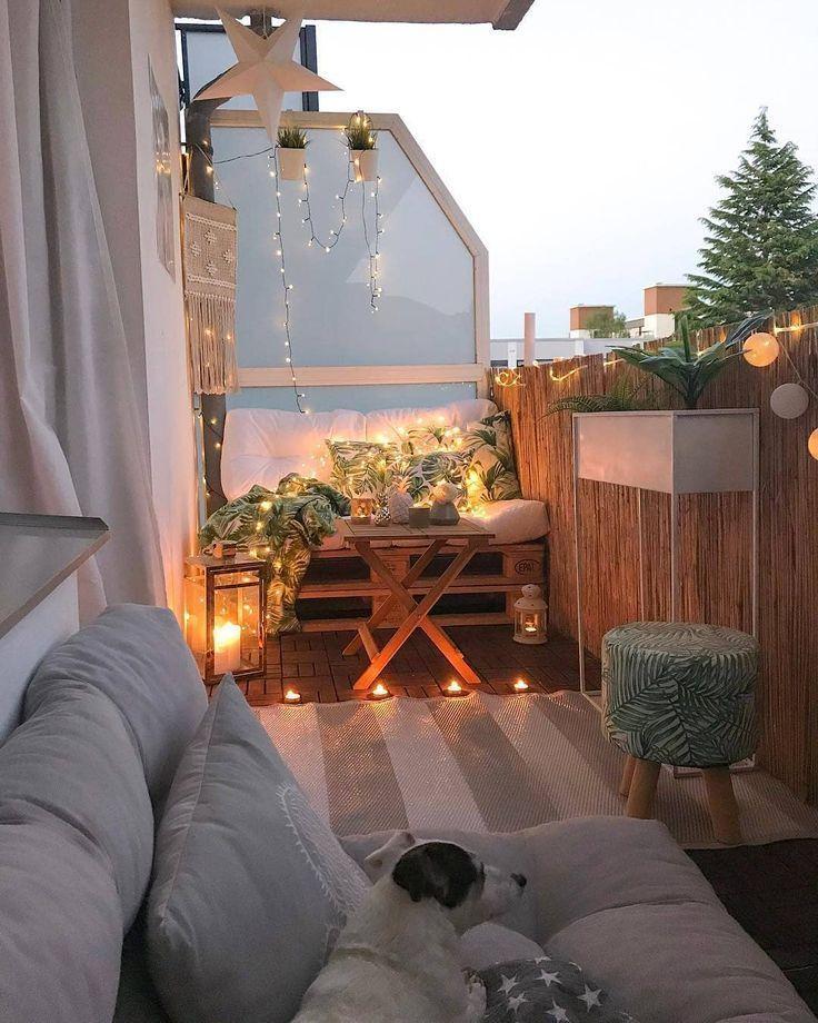 Legende  romantischer traum mit herrn hund und dem schönsten lichtermeer auf balkonien