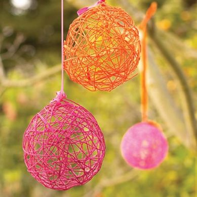 Yarn Balls made with balloons: hanging decorations for a party