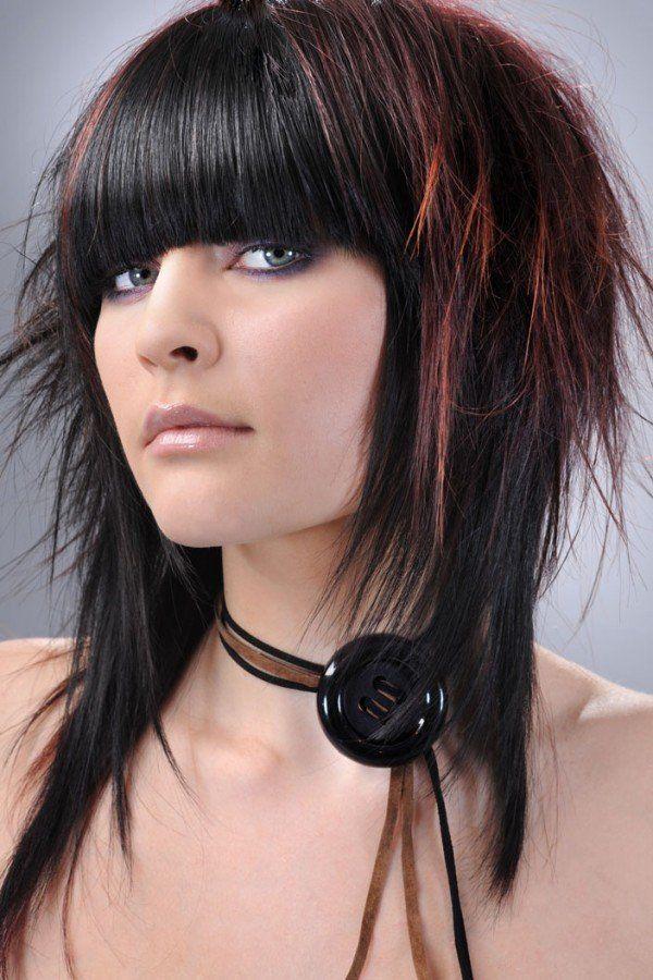 Cortes de cabello y peinados emo para chicas: flequillo recto con mechas