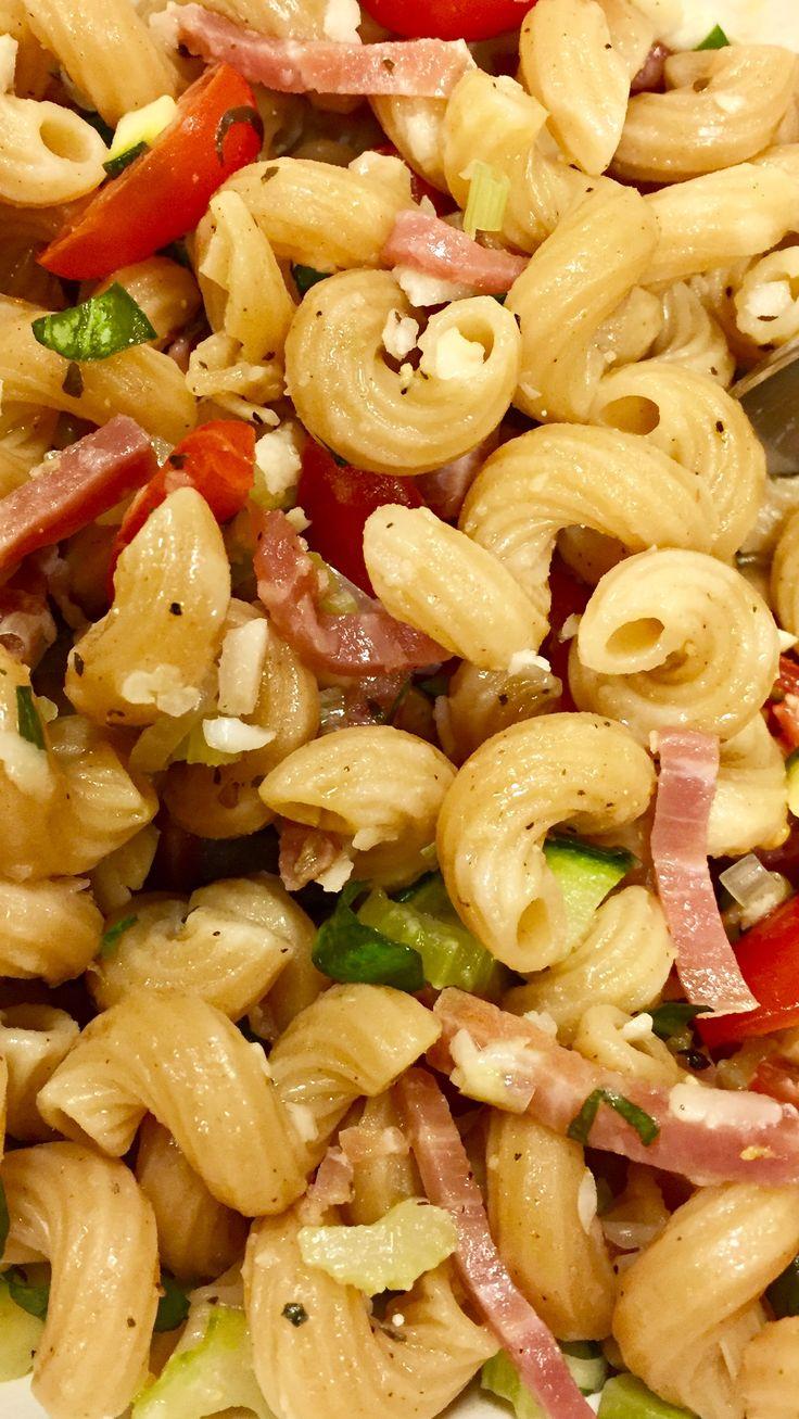 Rode pasta (quinoa en provenciaals) met selder en courgette aangestoofd met sjalot, pijpajuin, kerstomaten verse basiclicum, parmezaan, rauwe hesp en olijfolie met oregano.