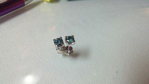 Orecchini in Oro bianco 750 con Diamanti Blu.. Una splendida luce ...i colori dell'oceano per illuminare il tuo viso...