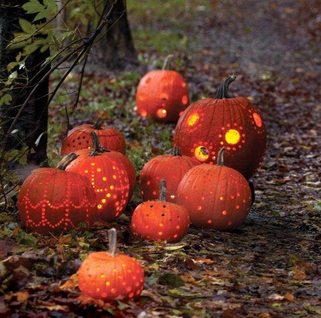 Att kombinera sin inredning med Halloween-pynt och fortfarande behålla den mysiga stämningen kan ibland vara lite krångligt. Väggdekorationer formade som pumpor och spindelnät gjorda av bomull i all ära, men vissa gånger blir det lite för mycket. Här är sex snabba inspirationstips som både ökar höstmyset och gör ditt hem redo för Halloween.