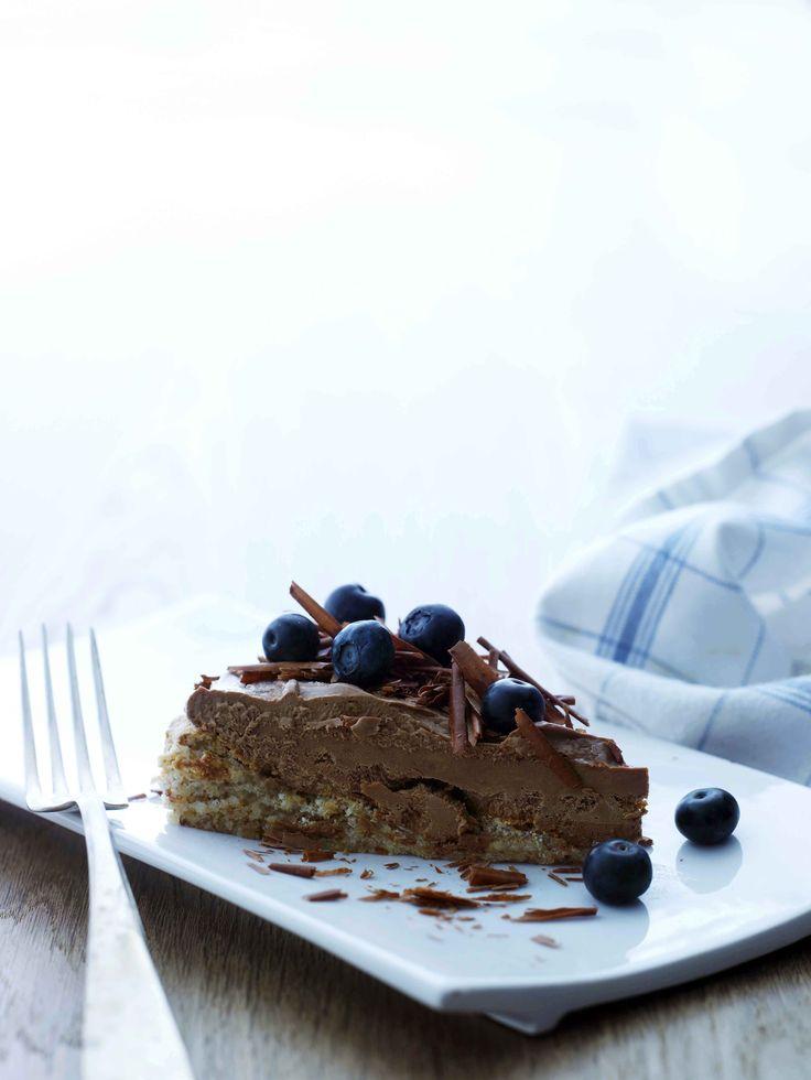 En sjokoladekake blir aldri feil. Og hvem er ikke på jakt etter en ny, deilig oppskrift å prøve ut? Her er tre som fort kan bli dine nye favoritter. Islagkake med sjokolade & appelsin Ingredienser: Bunn
