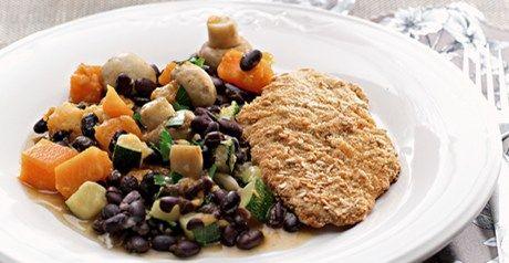 Panados de frango com salada quente de feijão preto