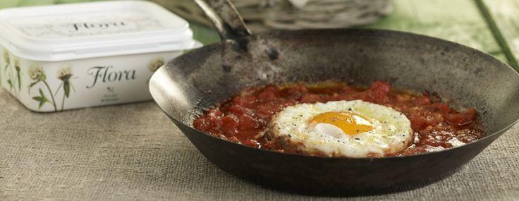 Ξεκινάμε τη συνταγή για Καγιανά ρίχνοντας σε ένα μεγάλο τηγάνι τις ψιλοκομμένες ντομάτες και σε χαμηλή θερμοκρασία τις μαγειρεύουμε έως ότου αρχίσουν τα υγρά...