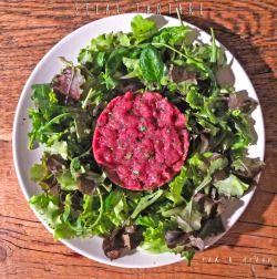 STEAK TARTAREIngredients (for 2 people)- 240g beef tenderloin- 40g spicy mustard- 10g of capers- 10g of parsley- 1 egg yolk- Tabasco sauce to taste- extra virgin olive oil to taste- salt to taste- green salad (mesclun)TARTARE DI MANZOIngredienti (per 2 persone)- 240g di filetto di manzo- 40g di senape piccante- 10g di capperi- 10g di prezzemolo- 1 tuorlo d'uovo- tabasco qb- olio evo qb- sale qb- insalata verde (misticanza)Dietro le quinteSminuzza il filetto molto finemente usando un…