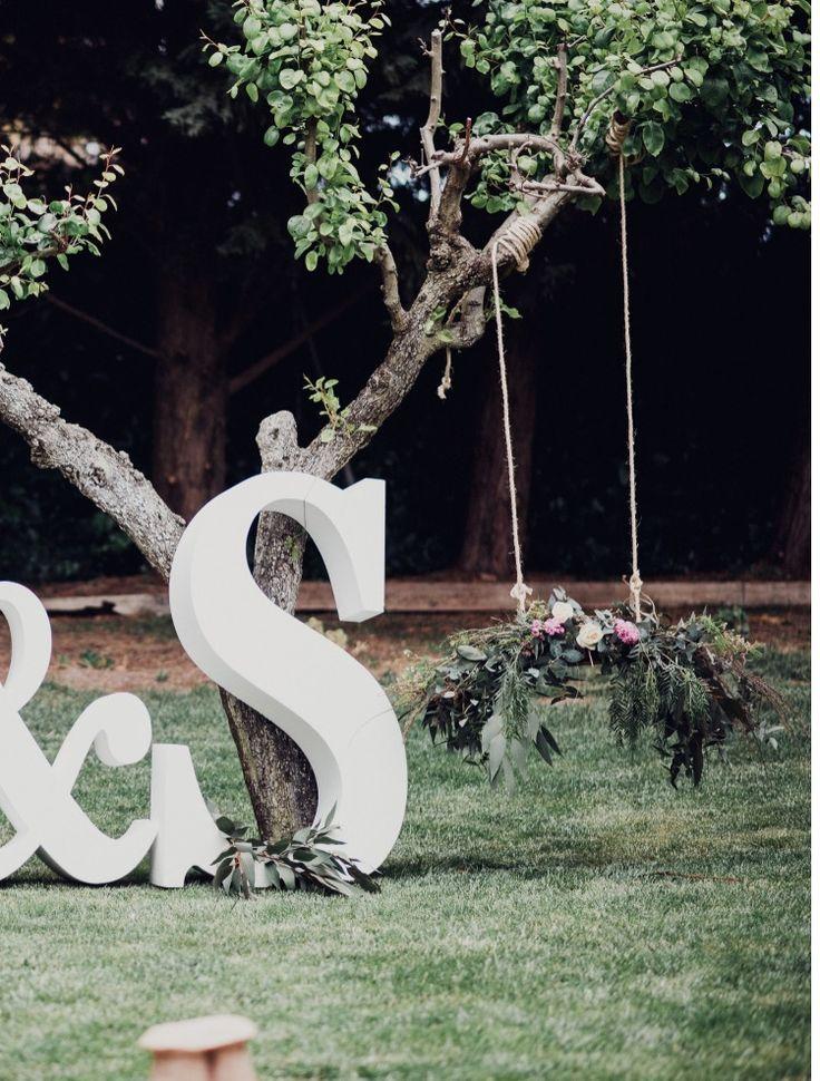 Columpio adornado con flores y ramas.