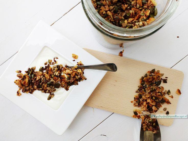 Homemade granola is fantastisch crunchy! Heerlijk voor door Griekse yoghurt of andere zuivel. Supermakkelijk als voedzaam koolhydraatarm ontbijt!