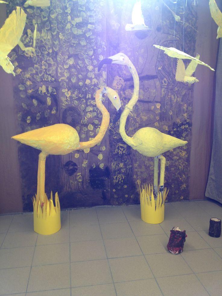 'wel duizend gele vogels...' Flamingo's, papierstroken en lijm rond ballonnen en karton. Atelier 1 (6-7 jarigen).