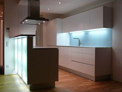 """Večer se stává kuchyň nasvětleným """"ostrůvkem"""", znakem moderních technologií a moderního života rodiny."""