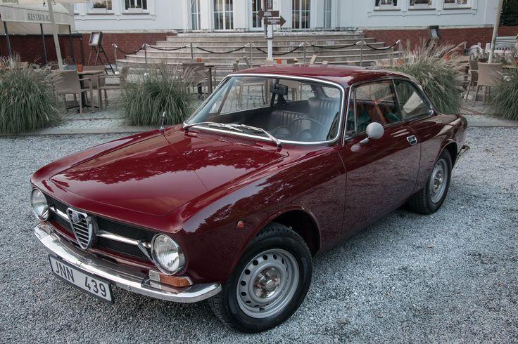 Alfa Romeo GT 1600 Junior to klasyk doskonały, łączący zmysłową sylwetkę stworzoną przez Giorgietto Giugiaro ze sportowym charakterem i trwałą mechaniką. W odrestaurowanym stanie to narzędzie do czerpania czystej przyjemności, zarówno z jazdy, jak i z patrzenia na jej wspaniałe krągłości oraz proste, lecz gustowne wnętrze. Model z silnikiem 1,6 l ukazał się w 1972…