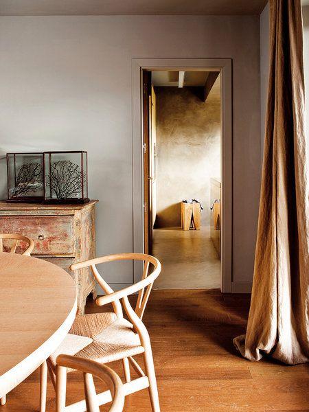 Cortinas de lino, tarima de madera barnizada