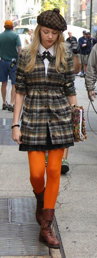 Gossip Girl - TV Série - moda - look - style - estilo - inspiration - inspiração - fashion - preppy - chic - elegante - elegant - school uniform - uniforme escolar - Jenny Humphrey - Taylor Momsen - pantyhose - Tights - meia calça - boot - bota - coat - casaco - plaid - xadrez - beret - boina