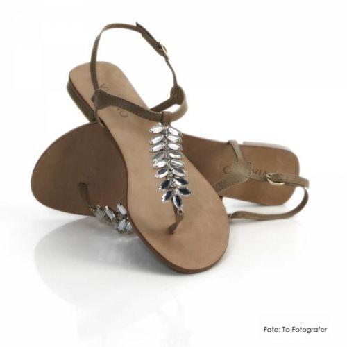 Lekker sandal med strass blader. Sandalen har gummisåle og liten hel. Via Uno er et brasiliansk merke og helt nytt merke i Norge.